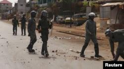 Des policiers anti-émeutes patrouillent dans une rue de Conakry après une manifestation, 7 mai 2015