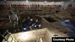Arkeolog Robin Coningham (kiri) dan Kosh Prasad Acharya memimpin ekskavasi di Kuil Maya Devi, yang menemukan serangkaian kuil Buddha kuno. (National Geographic/Ira Block)