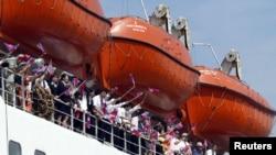 지난 2003년 9월 일본 니가타현에서 북한으로 출항하는 '만경봉-92' 유람선에 탄 승객들이 인공기를 흔들고 있다. (자료사진)
