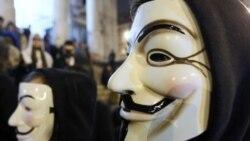 ژانویه 2012، بروکسل، یکی از معترضان ماسک نمادین گروه هکتیویست ناشناس را به چهره زده است. «ناشناس» به سمبل چهره معترض در تظاهرات اعتراضی مردم در جهان بدل شده است.