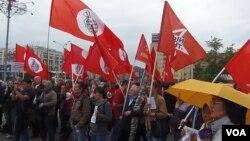 2012年6月俄罗斯左翼势力在莫斯科市中心集会支持哈萨克斯坦石油工人,集会者批评在哈萨克的中国资本如同资本家,同当地政府一起迫害石油工人。2011年末哈萨克西部石油工人曾罢工示威被当局镇压。(美国之音白桦拍摄)