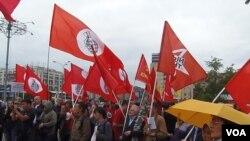 2012年6月俄羅斯左翼勢力在莫斯科市中心集會支持哈薩克斯坦石油工人,集會者批評在哈薩克的中國資本如同資本家,同當地政府一起迫害石油工人。(美國之音白樺拍攝)