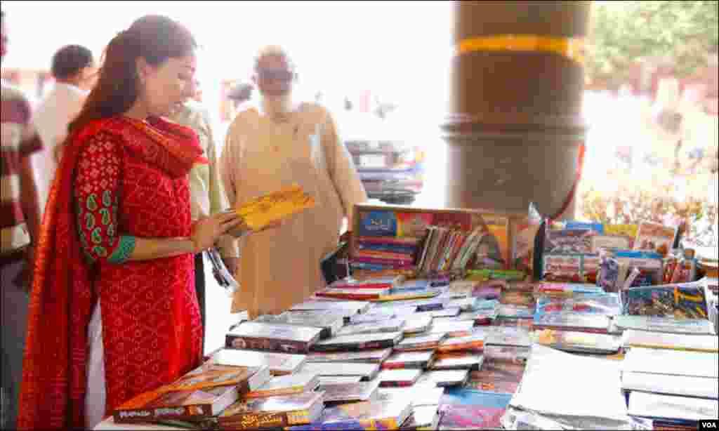وزیر اعلیٰ سندھ کی معاو ن خصوصی برا ئے ثقافت و سیاحت، شرمیلا فارو قی کتب میلے میں ورق گردانی کرتے ہوئے