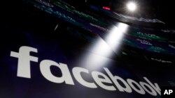 Le logo de Facebook apparaît sur les écrans du Nasdaq MarketSite à Times Square, New York, le 29 mars 2018.