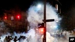 Agjentët federalë duke shpërndarë protestuesit në Portland