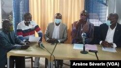 Les membres de la société civille exigent l'évacutaion sanitaire du général Mokoko, emprionné à Brazzaville, le 6 juillet 2020 (VOA/Arsène Séverin)