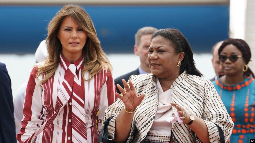 La première dame américaine, Melania Trump, à gauche, accompagnée de la première dame du Ghana, Rebecca Akufo-Addo, à son arrivée à l'aéroport international de Kotoka à Accra, au Ghana, le 2 octobre 2018.