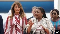 美国第一夫人梅拉尼亚·特朗普在抵达加纳首都阿克拉的科托卡国际机场时受到加纳第一夫人阿库福-阿多的欢迎。(2018年10月2日)