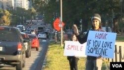 Massoud Adipour, dice que lo que él busca es algo simple que todo el mundo necesita: sonreír.