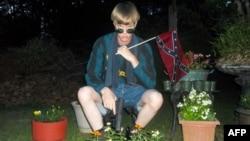Foto Dylann Roof dari website Lastrhodesian.com allegedly shows Dylann Roof. Website ini yang ditemukan setelah terjadinya penembakan di Charleston juga menampilkan manifesto supremasi kulit putih.