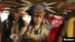 La muestra estará abierta entre el 4 de octubre de 2012 y el 3 de febrero de 2013. En esta foto, una mujer vestida con atuendo indígena participa en una ceremonia frente al Museo de Historia Mexicana en Monterrey 01 de octubre 2012.
