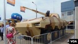 下诺夫哥罗德一家军工企业同法国雷诺公司联合研制的装甲车。(美国之音白桦拍摄)
