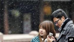 一对青年在上海豫园