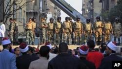 埃及军队的士兵11月24日在开罗守卫在解放广场和内政部之间的街道上