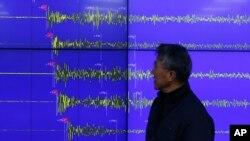 북한이 수소탄 핵실험을 실시했다고 밝힌 6일, 한국 기상청 윤원태 지진화산관리관이 핵실험으로 발생한 지진의 파형을 분석하고 있다.