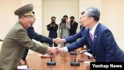 지난 8월 25일 한국 측 대표인 김관진 국가안보실장(오른쪽부터)과 홍용표 통일부 장관, 북측 대표인 김양건 당 비서와 황병서 군 총정치국장이 판문점에서 '무박4일' 마라톤 협상을 마치고 악수하고 있다. (자료사진)