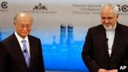 아마노 유키야 국제원자력기구 사무총장(왼쪽)과 자바드 자리프 이란 외무장관이 지난 2월 독일 뮌헨에서 열린 핵 안보 회의에서 대화하고 있다. (자료사진)