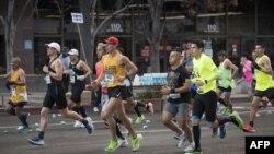 參加洛杉磯馬拉松的選手們在奔跑。(2020年3月8日)