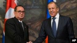 리수용 북한 외무상(왼쪽)이 1일 모스크바에서 세르게이 라브로프 러시아 외무장관과 회담했다.
