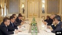 Американская делегация (справа), возглавляемая заместителем госсекретаря США Уильямом Бернсом, на переговорах в Киеве.