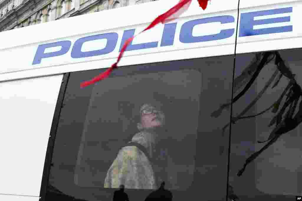 پلیس لندن گروهی از معترضان به تغییرات آب و هوایی را به خاطر بستن خیابان بازداشت کرد. گفته شده بیش از ۱۳۰ نفر بازداشت شدند.