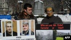 В пикете принял участие Павел Ходорковский (слева). Нью-Йорк. 31 января 2011 года