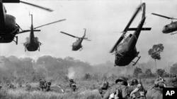 Tháng 03-1965: Máy bay trực thăng Mỹ nổ súng vào đám cây để yểm trợ cho binh sĩ bộ binh Việt Nam Cộng Hòa tiến lên trong một cuộc tấn công Việt Cộng ở phía tây bắc Sài Gòn. (AP)