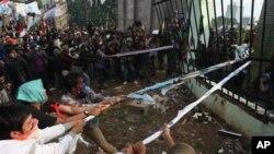 Para demonstran anti kenaikan harga BBM berusaha menarik pintu pagar di depan gedung DPR RI di Jakarta (30/3).