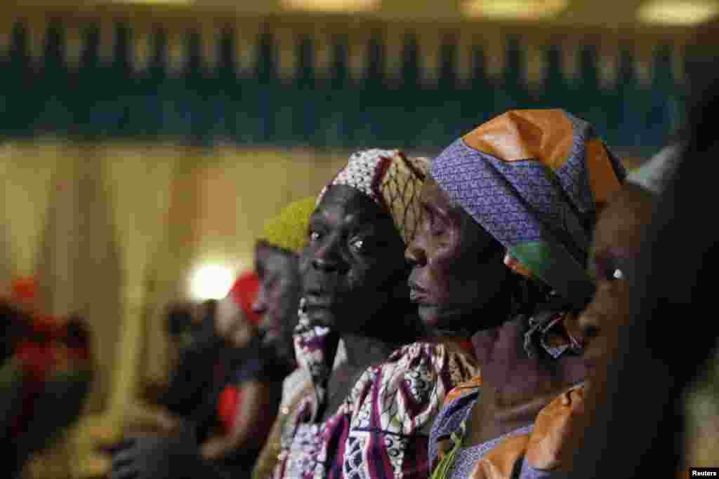 Wasu daga cikin iyayen yaran da 'yan ta'adda suka sace a makarantar Chibok, a wata ganawa da shugaban kasa Muhammadu Buhari a fadar shugaban kasar ta birnin tarayya Abuja. ranar Alhamis a watan Janairu 14, 2016.