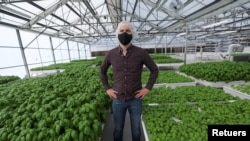 Iron Ox CEO Brandon Alexander poses for a portrait in the company's greenhouse in Gilroy, California, United States on September 15, 2021. Photo taken on September 15, 2021. REUTERS / Nathan Frandino