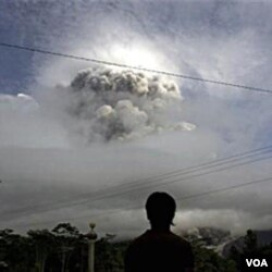 Presiden Yudhoyono tiba di barak pengungsi Merapi di Sleman, hanya beberapa menit setelah Merapi menyemburkan awan panas 3 November 2010.