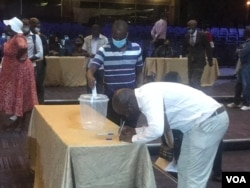 An MDC-T activist voting at the party's Extraordinary Congress in Harare (VOA)