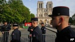Anggota pemadam kebakaran Paris memasuki batas pengamanan di Katedral Notre Dame di Paris, 18 April 2019.