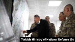 Millî Savunma Bakanı Hulusi Akar, beraberinde Genelkurmay Başkanı Orgeneral Yaşar Güler, Kara Kuvvetleri Komutanı Orgeneral Ümit Dündar ve Hava Kuvvetleri Komutanı Orgeneral Hasan Küçükakyüz ile Suriye sınırının sıfır noktasındaki birlikleri ziyaret etti.