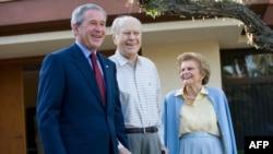 Beti Ford u društvu svog pokojnog supruga, bivšeg predsednika Džeralda Forda i Džordža Buša Mlađeg, 23. aprila 2006, za vreme drugog mandata predsednika Buša