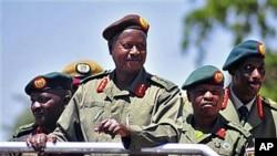 Apoio militar americano ao Uganda pode livrar o país dos ataques do LRA, mas alguns actores perguntam porque razão os americanos decidiram vir agora em ajuda