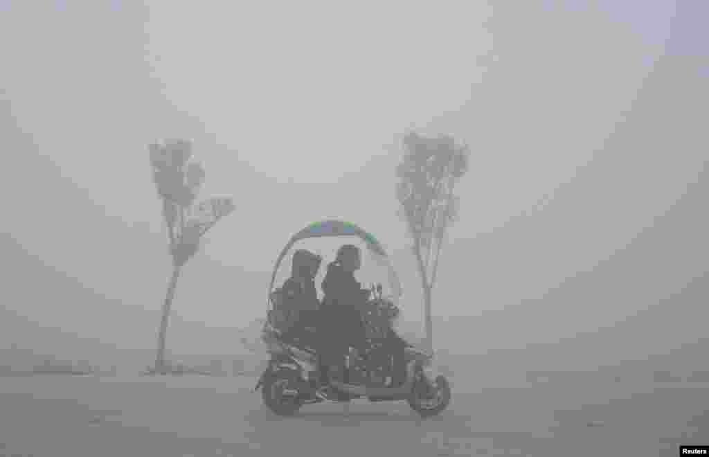 اسکوتر رانی در هوای مه آلود در چین