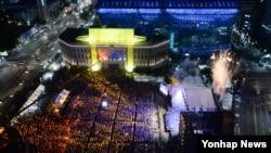 14일 서울광장에서 열린 '광복 70년 경축 전야제'에서 시민들이 공연을 보고 있다.