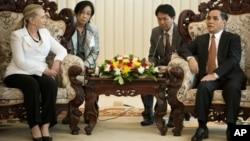 美國國務卿希拉里.克林頓,7月11日在老撾首都萬象總理辦公室與總理塔馬馮會面。