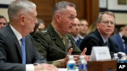 Ministar odbrane Jim Mattis (lijevo) i general Joseph Dunford na pretresu komiteta