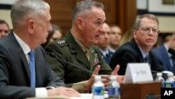 美國國防部長馬蒂斯(中)於一個聽證會上資料照。