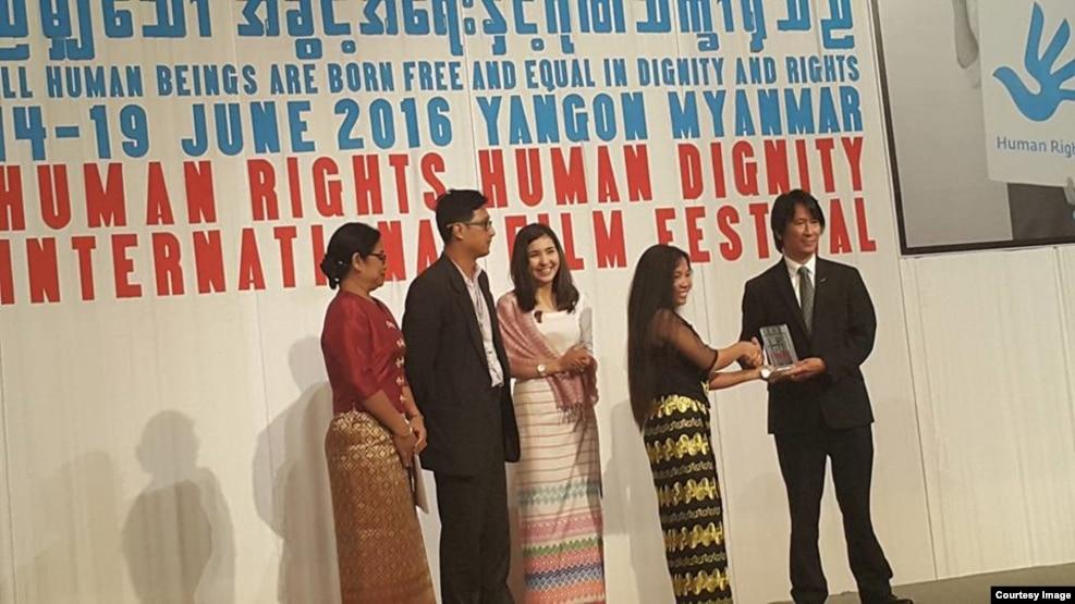 """""""ရိုးေျမက်"""" ဇာတ္ကားကို VOA ဆု ခ်ီးျမွင့္ေနစဥ္ (Photo-U Myat Thu Winn FB) ဇြန္လ ၁၉ ရက္"""