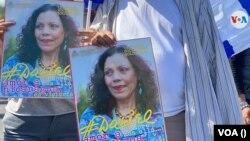 Manifestantes cargan pancarta de la vocera del gobierno y vicepresidenta Rosario Murillo. Foto archivo VOA.