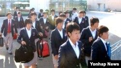 14일 평양을 출발하는 북한 여자축구선수단.