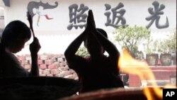 Seorang pemeluk agama Budha tengah berdoa di sebuah vihara di Jakarta (Foto: dok).