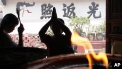 Vụ nổ xảy ra khi hàng trăm tín đồ cầu nguyện bên trong chùa Ekayana.