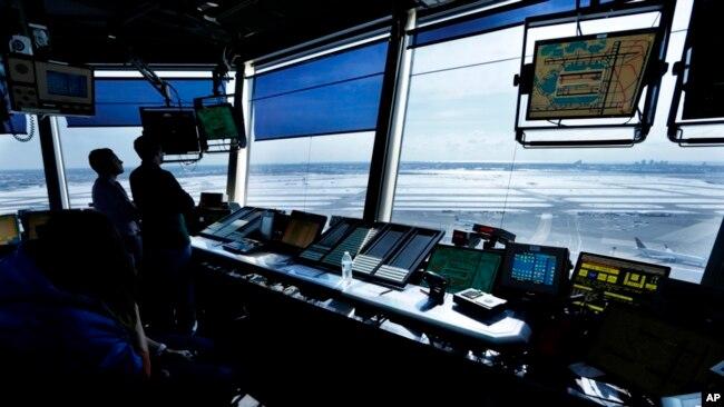Los controladores aéreos trabajan en la torre del aeropuerto internacional John F. Kennedy en Nueva York el jueves 16 de marzo de 2017. El presidente Donald Trump está pidiendo privatizar las operaciones de control de tráfico aéreo de la nación en su propuesta de presupuesto, una de las principales prioridades de la industria aérea.