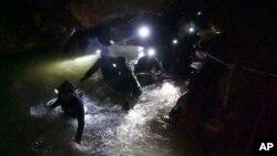 Des sauveteurs dans la grotte inondée, nord de la Thailande, le 2 juillet 2018.