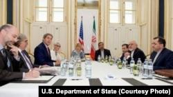 Menteri Luar Negeri AS John Kerry (kedua dari kiri) dalam pertemuan dengan Menteri Luar Negeri Iran Mohammad Javad Zarif (kedua dari kanan) di sebuah hotel di Wina, Austria (27/6).