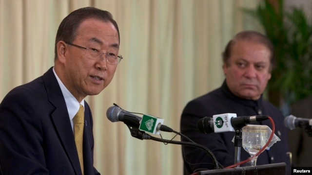 United Nations Secretary-General Ban Ki-moon (L) speaks with Pakistan's Prime Minister Nawaz Sharif during a joint news conference at the Prime Minister's residence in Islamabad, August 14, 2013.